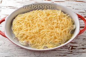 Сыр (150 г) натереть на тёрке с крупными отверстиями и равномерно распределить сверху.