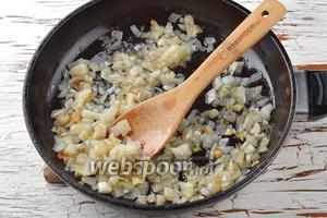 2 луковицы очистить, нарезать кубиком. Обжарить лук  на подсолнечном масле (3 ст. л.) до лёгкой золотистости.
