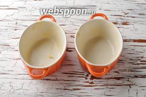 Небольшие формочки смазать сливочным маслом (0,5 ст. л.).