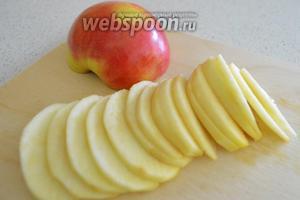 Для украшения берём 1 яблоко, моем его и чистим кожицу. Нарезаем тонкими дольками и украшаем пирог.
