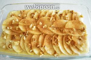 Можно добавить пирогу деликатности и присыпать наши яблочки корицей по вкусу и дроблёными грецкими орехами (2 штуки). Вкус будет изумительным. Теперь осталось отправить наше блюдо в духовку на 40 минут при температуре 180°C.