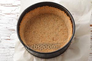 Отправить форму в предварительно разогретую до 180°С духовку на 9-10 минут, чтобы основа из печенья подпеклась. Вынуть из духовки и охладить.