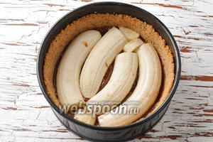 2 банана очистить, разрезать вдоль пополам и выложить на сгущённое молоко.