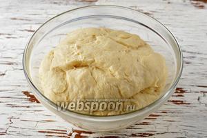 За это время тесто хорошо подойдёт, хотя оно и было в холоде.