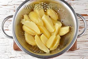 Картофель (300 г) очистить и отварить до готовности. Отвар слить, картофель полностью охладить.