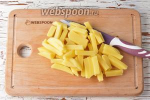 Картофель (2 штуки) очистить и нарезать брусочками. Выложить картофель в кастрюлю с кипящей водой (2 литра). Добавить соль (1 ст. л.). Довести до кипения, убавить огонь, и готовить под крышкой 10-12 минут.
