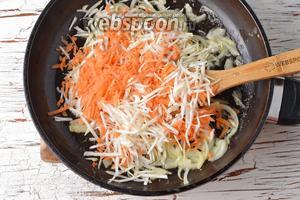 Тем временем очистить 1 репчатый лук, 1 морковь и корень сельдерея (80 г). Лук нарезать полукольцами, а морковь и корень сельдерея натереть на крупной тёрке. На сковороде, на сливочном масле (3 ст. л.), 1-2 минуты обжарить лук, а затем выложить в сковороду подготовленные морковь и сельдерей. Готовить, помешивая, 3-4 минуты.