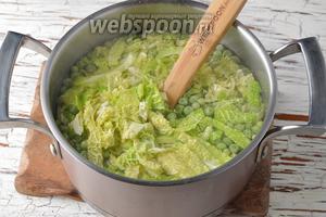Добавить нарезанную капусту (100 г). Готовить 5 минут (или до готовности овощей).
