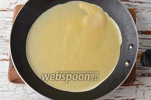 Выпекать блины с обеих сторон до готовности, наливая тонкий слой теста на горячую сковороду.