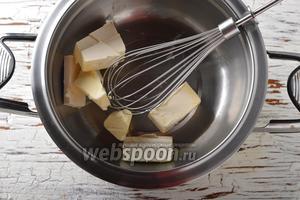 Поместить сливочное масло (100 г) в миску. Поместить миску на водяную баню и полностью растопить масло.