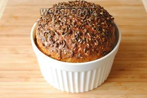 Выпекать хлеб в разогретой духовке, при 190°С в течение 1 часа. Если готовится буханка из 2 норм, время выпекания увеличивается до 1,5 часа.