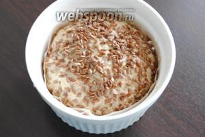 Тесто выложить в форму. Сверху посыпать хлеб любой зерновой смесью (1 ст. л.). Форму для выпекания  предварительно можно смазать небольшим количеством растительного масла (0,5 ч. л.).