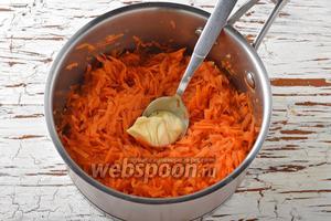 Довести до кипения, убавить огонь до минимума и готовить под крышкой до мягкости моркови (приблизительно 5-7 минут). При этом вся жидкость должна испариться. Добавить сливочное масло (10 г), перемешать и готовить ещё 1 минуту. Снять с огня. Охладить.