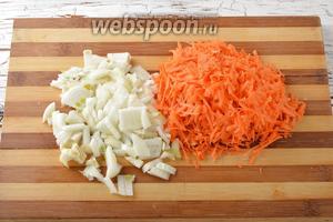 Морковь (0,5 штуки) и лук (1 штуку) очистить. Лук нарезать небольшими кубиками, а морковь натереть на крупной тёрке.