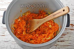 Включить мультиварку в режим «Жарка» и готовить овощи, помешивая, 4-5 минут.