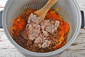 Добавить к овощам промытую гречневую крупу (2 стакана), 1 лавровый лист, тушёную свинину (250 г).