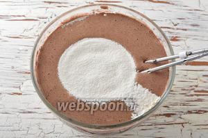 Добавить просеянную с содой (1,5 ч. л.) и солью (1 ч. л.) муку (250 г).
