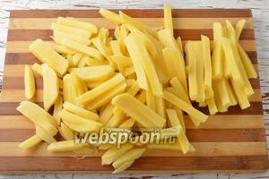 Картофель (5 штук) очистить и нарезать брусочками.