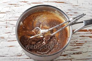 Вмешать просеянные муку (1 ст. л.), какао (1,5 ст. л.) и сметану (350 г). Следите, чтобы не осталось комков.