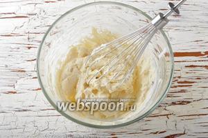 Жирные сливки (250 мл) взбить в стойкую пену.