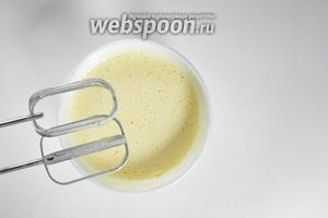 В отдельной миске взбить добела 2 яйца с сахаром (80 г).
