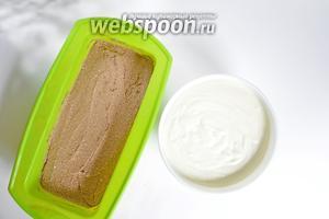 В силиконовую форму выложить слой шоколадного теста, а сверху — белое тесто. Выпекать в разогретой до 180°C духовке 30-40 минут.