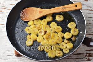2 банана очистить и нарезать кружочками, толщиной 0,5 сантиметра. Поместить бананы и 2 столовых ложки сливочного масла на горячую сковороду. Обжаривать, помешивая, 2-3 минуты.