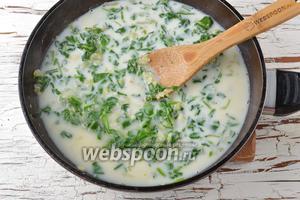 Влить в сковороду молоко (200 мл) и куриный бульон (250 мл). Накрыть крышкой, довести до кипения, убавить огонь до минимума и готовить 15 минут.