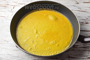 На сухую, горячую сковороду большого диаметра, желательно с тефлоновым покрытием, (огонь чуть ниже среднего) вылить желтковую массу, разровнять и подождать, пока она схватится.