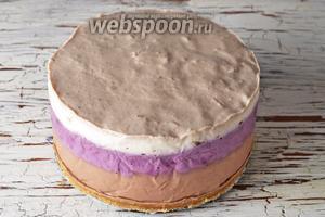 Перед подачей вынуть чизкейк из холодильника, снять ободок. Чизкейк без выпечки с йогуртом готов.