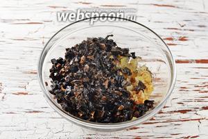 Соединить подготовленные грибы, лук. Приправить солью (1 ч. л.) и чёрным молотым перцем (2 щепотки).
