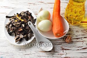 Для работы нам понадобятся грибы лесные сушёные, морковь, репчатый лук, подсолнечное масло, соль, чёрный молотый перец, чеснок.
