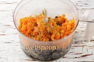 Поместить грибы и овощную смесь в чашу кухонного комбайна (насадка металлический нож). Измельчить до образования однородной массы с небольшими крупинками.