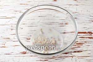 Живые дрожжи (60 г) раскрошить и соединить с 50 мл тёплого (36°С) молока и 2 столовыми ложками сахара. Перемешать до растворения сахара и дрожжей. Оставить на 10-15 минут.