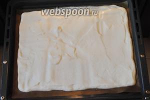 Распределить тесто по форме, выстланной бумагой для выпечки. Выпекать корж в разогретой до 180°C духовке 10-15 минут