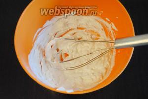 Для творожного крема смешать 2 пачки мягкого творога (260 г) и сахзамом. При желании можно добавить аромик.