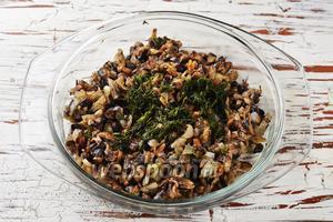 Добавить к смеси мелко нарезанный укроп (20 грамм, у меня замороженный), соль (0,75 ч. л.), чёрный молотый перец (0,2 ч. л.). Перемешать.