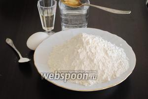 Для приготовления теста потребуется мука, вода, столовый уксус, соль, яйцо и подсолнечное масло.