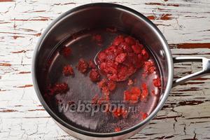 В кастрюле соединить малину (100 г) и 150 мл воды. Довести до кипения и проварить под крышкой, на небольшом огне, 3-4 минуты.