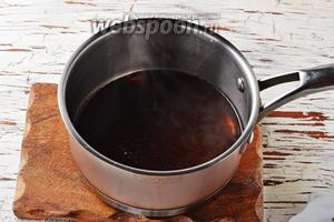 Добавьте в карамельную воду кофе 2 ч. л. и доведите трижды до кипения, постоянно снимая с огня. Не дайте напитку закипеть.