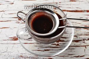 Процедите кофе и разлейте по чашкам.