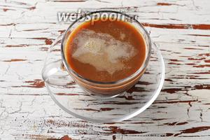 По желанию подогрейте молоко 70 мл до 45-50°С и взбейте его в лёгкую пену. Разлейте молоко по чашкам поверх карамельного кофе. Напиток готов к подаче.