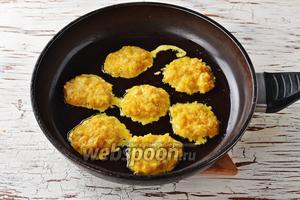 Разогреть сковороду с подсолнечным маслом (4 ст. л.). Набирать столовой ложкой луковую массу и выкладывать на сковороду. Жарить котлеты на огне ниже среднего, с обеих сторон до золотистого цвета.