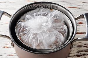 Завязать пакеты сверху. Лоток поместить в кастрюлю с кипящей водой (лоток пусть плавает на воде). Накрыть кастрюлю крышкой. Готовить в слабокипящей воде приблизительно 1,5 часа.
