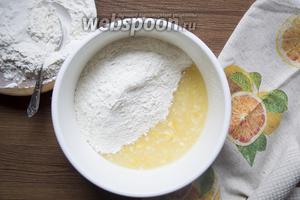 К лимонной смеси добавить 420 грамм муки с разрыхлителем 4 грамма.