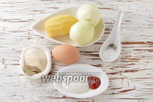 Для работы нам понадобится репчатый лук, картофель, яйцо (желток), манная крупа, соль, чёрный молотый перец, сметана, томатная паста, вода, лавровый лист, подсолнечное масло.