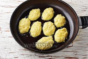 Разогреть сковороду с подсолнечным маслом (4 ст. л.). Столовой ложкой выложить на сковороду небольшие котлеты.