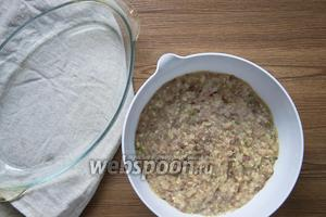 Добавить 2 яйца, соль по вкусу и 1 щепотку перца чёрного молотого, вымесить фарш.