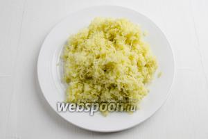 Отваренные овощи: картофель 2 штуки, 1 морковь и 1 свёклу — вынуть, остудить, очистить от кожицы. Картофель измельчить на мелкой тёрке.