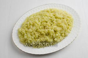 Подготовленный картофель равномерно распределить по слою лука. Картофель посолить (1 щепотка).